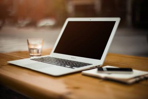 photo-macbook-air-wood-desk-bokeh